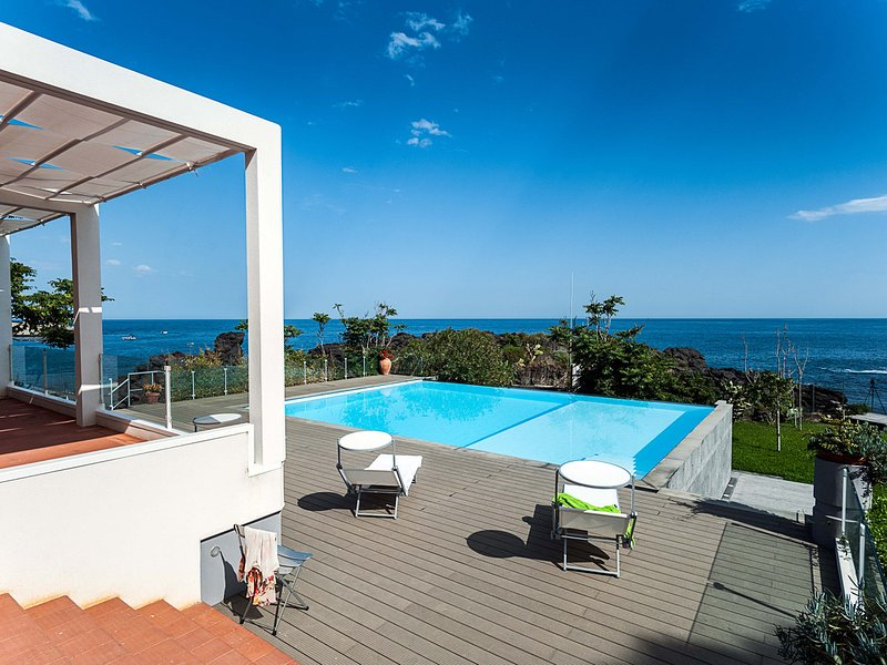 Stazzo Apartment Sleeps 2 with Pool Air Con and Free WiFi - 5247338, holiday rental in Scillichenti