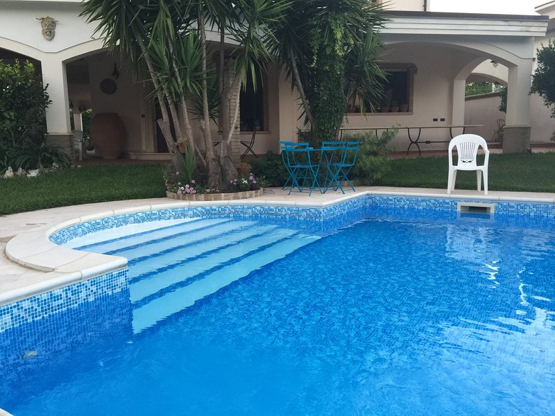 Taureana Villa Sleeps 11 with Pool and WiFi - 5312796, casa vacanza a Palmi