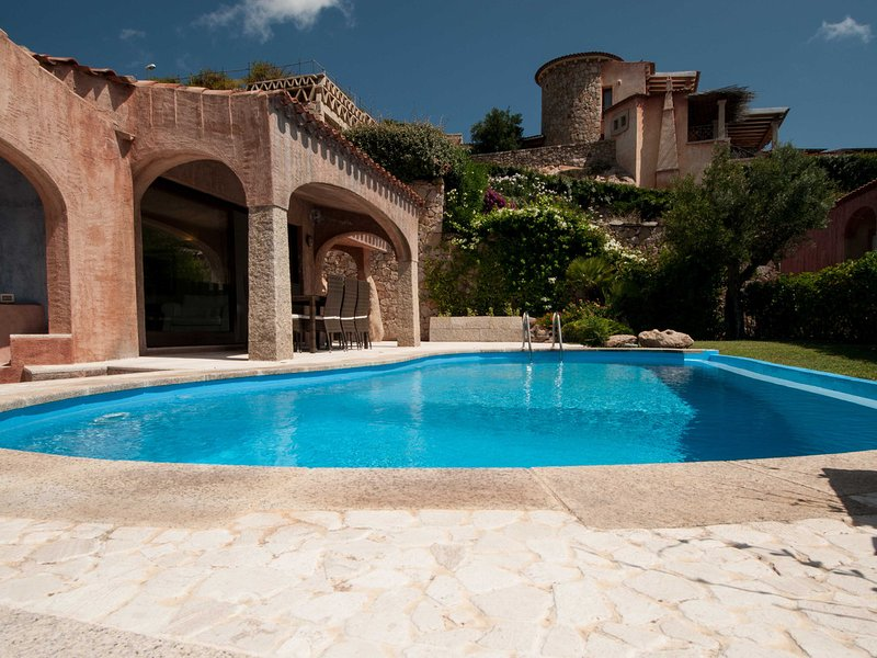 Abbiadori Villa Sleeps 6 with Pool Air Con and WiFi - 5642823, holiday rental in Cala di Volpe
