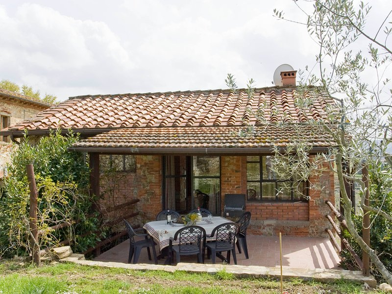 Pieve A Presciano Villa Sleeps 6 with Pool and WiFi - 5247553, vakantiewoning in Pergine Valdarno