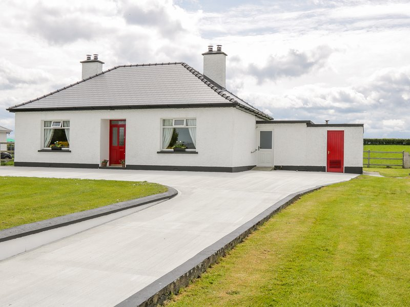 KATE'S COTTAGE, pet-friendly in Irish countryside, near Ballina, vacation rental in Ballina