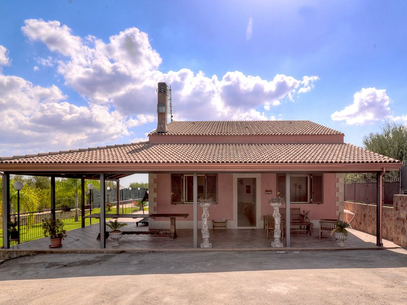 Cefalino Villa Sleeps 6 with Pool Air Con and WiFi - 5247413, location de vacances à Floridia