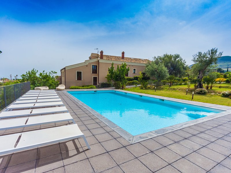 Muglia Villa Sleeps 12 with Pool Air Con and WiFi - 5639293, vacation rental in Adrano