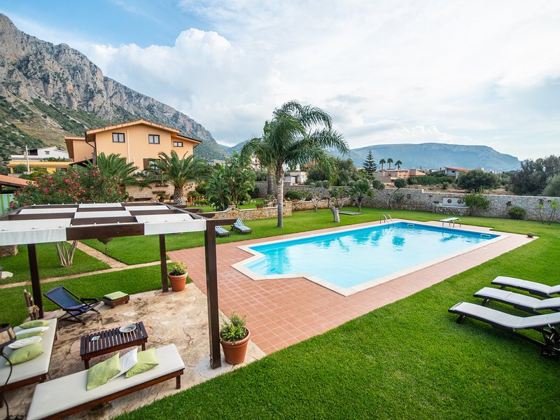 Cinisi Villa Sleeps 12 with Pool Air Con and WiFi - 5247362, vacation rental in Cinisi