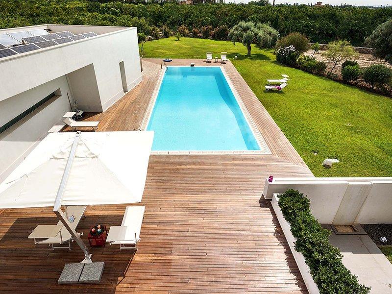 Floridia Villa Sleeps 12 with Pool Air Con and WiFi - 5684674, location de vacances à Floridia
