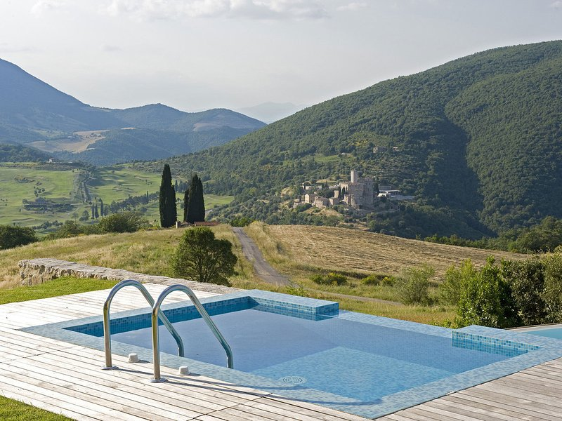 San Giovanni del Pantano Villa Sleeps 18 with Pool Air Con and WiFi - 5247526, holiday rental in Colle Umberto I