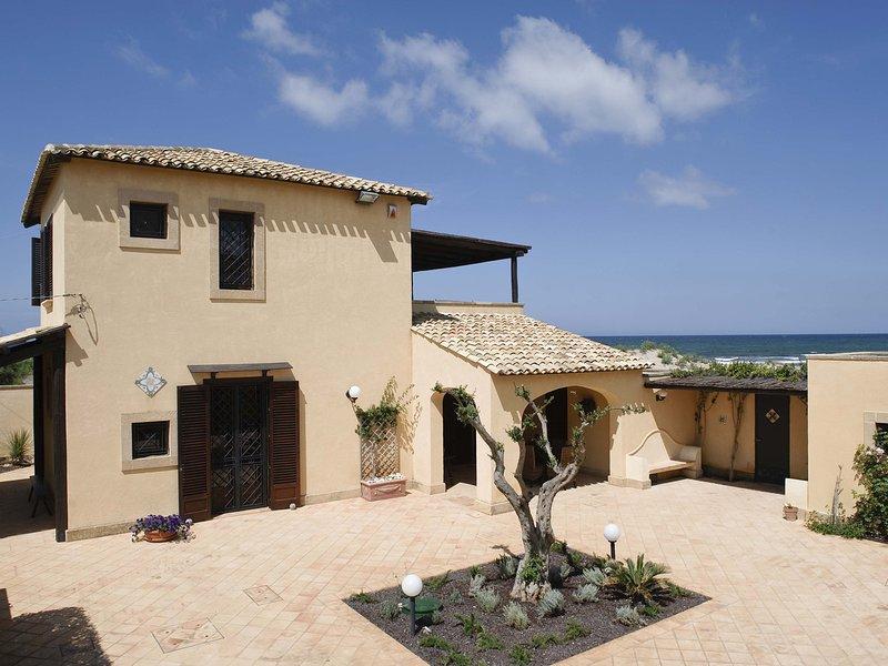 Lido Signorino Villa Sleeps 5 with Air Con and WiFi - 5770972, vacation rental in Petrosino