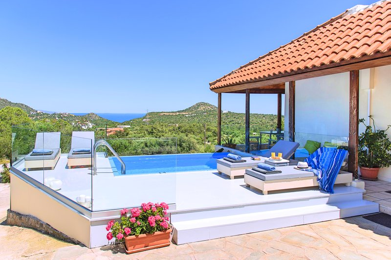 Olive Green Villa Private Heated Pool, holiday rental in Prina