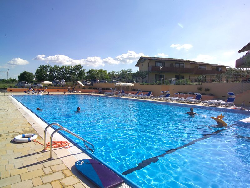 Manerba del Garda Apartment Sleeps 6 with Pool Air Con and WiFi - 5248573, Ferienwohnung in Montinelle