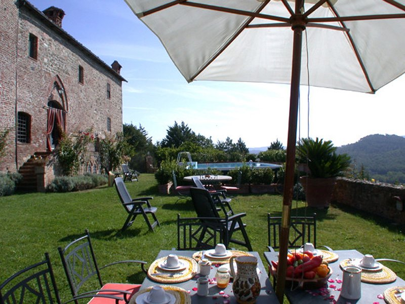 Ticchiano Villa Sleeps 12 with Pool and WiFi - 5247792, vacation rental in Ciciano