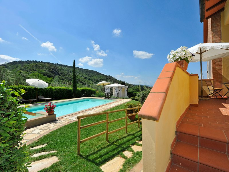 Iano Villa Sleeps 8 with Pool Air Con and WiFi - 5247834, vacation rental in Palagio