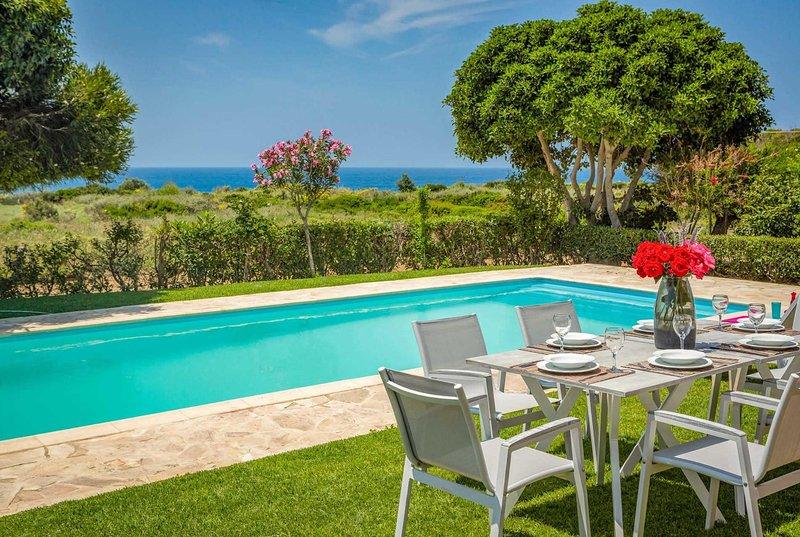 Villa short walk from restaurants & beaches, location de vacances à Agia Pelagia