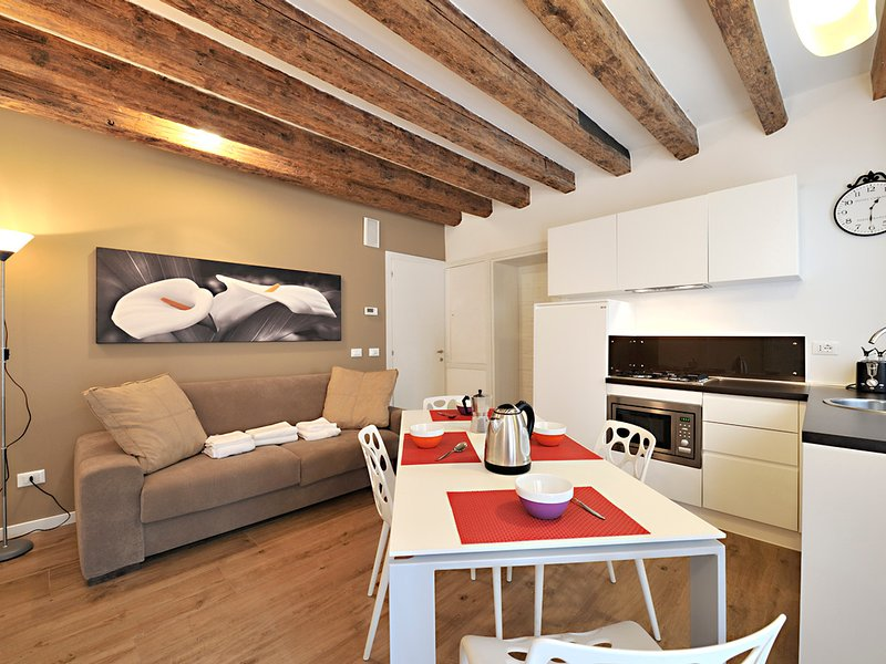 Venice Apartment Sleeps 6 with Air Con and WiFi - 5248497, holiday rental in San Nicolo
