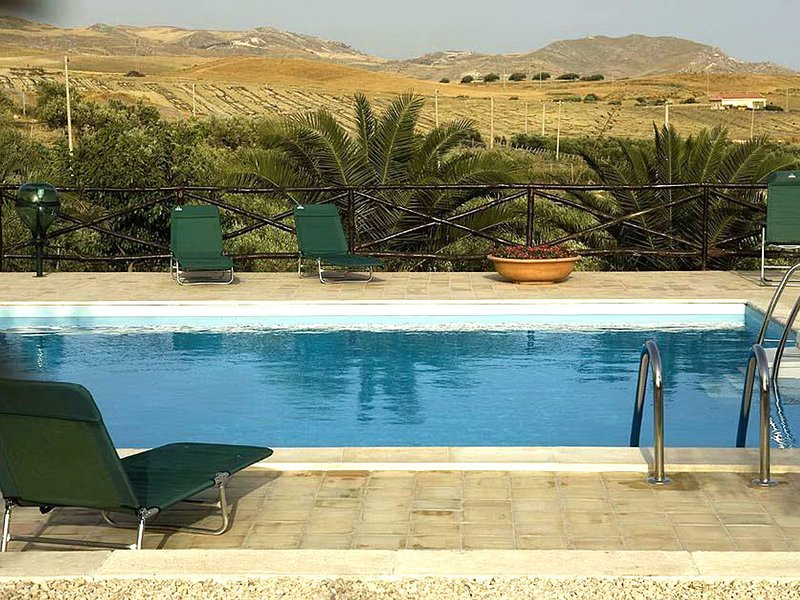 Licata Villa Sleeps 8 with Pool Air Con and WiFi - 5247344, vacation rental in Ravanusa