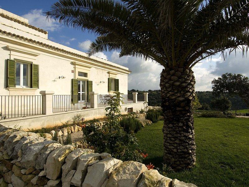 Costa Saracena-Castelluccio Apartment Sleeps 5 with Pool Air Con and WiFi, vacation rental in Donnafugata
