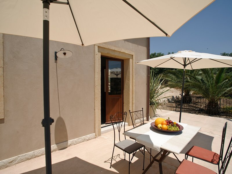Costa Saracena-Castelluccio Apartment Sleeps 6 with Pool Air Con and WiFi, vacation rental in Donnafugata