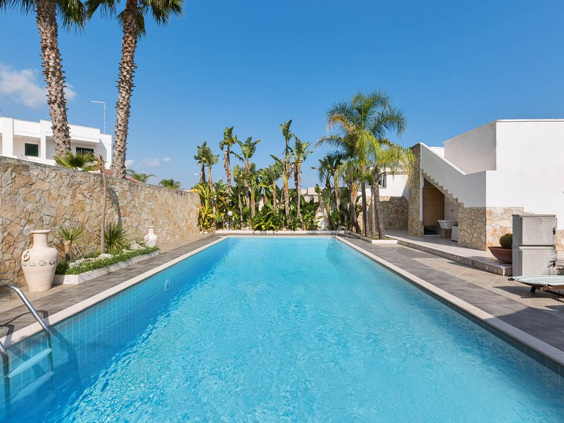 Torre dell'Orso Villa Sleeps 6 with Pool Air Con and WiFi - 5248128, vacation rental in Torre dell'Orso