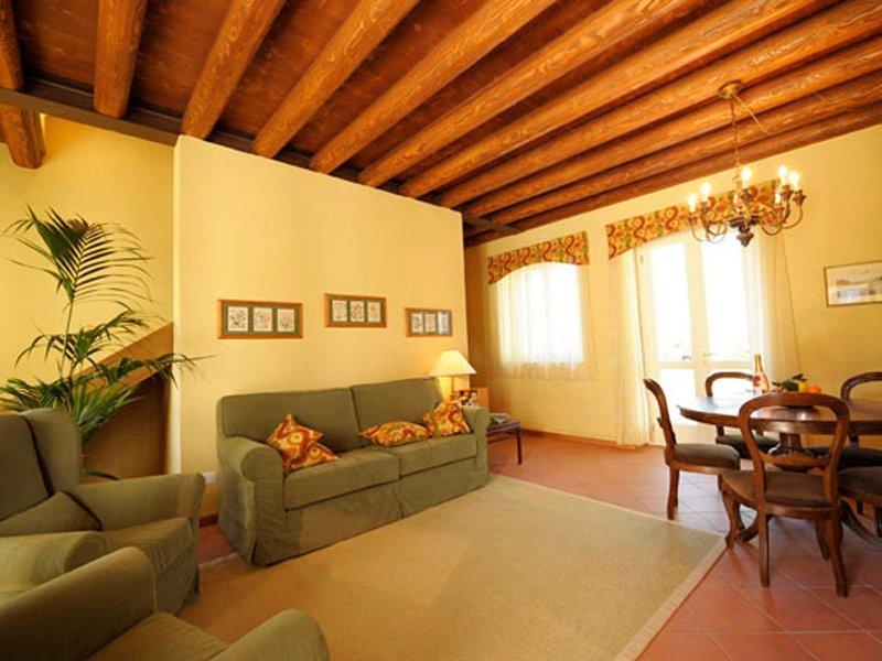 Peschiera del Garda Apartment Sleeps 8 with Pool Air Con and WiFi - 5248596, location de vacances à Peschiera del Garda