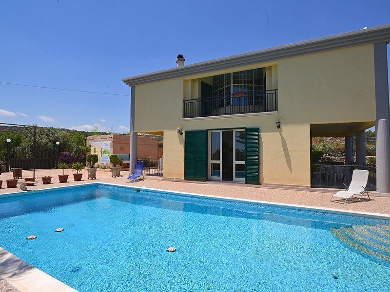 Floridia Villa Sleeps 8 with Pool Air Con and WiFi - 5247421, vacation rental in Floridia