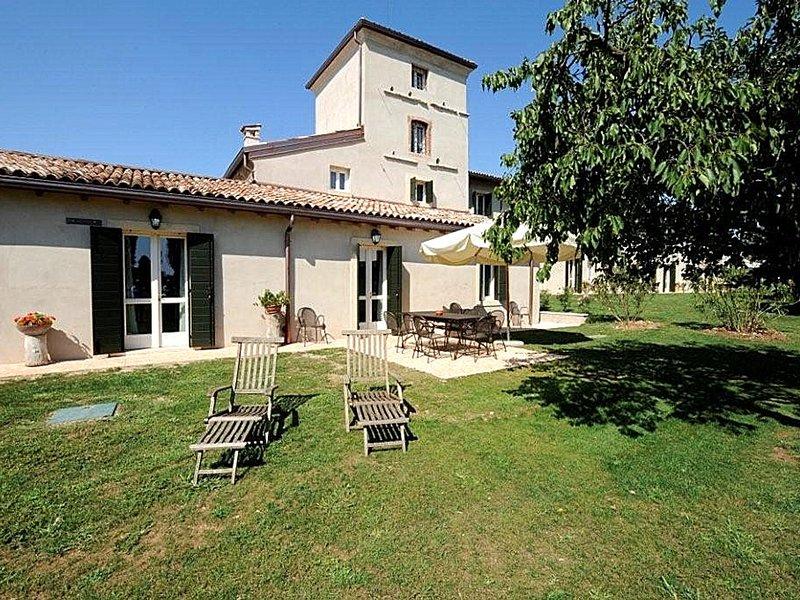 Peschiera del Garda Villa Sleeps 11 with Pool Air Con and WiFi - 5248595, location de vacances à Peschiera del Garda