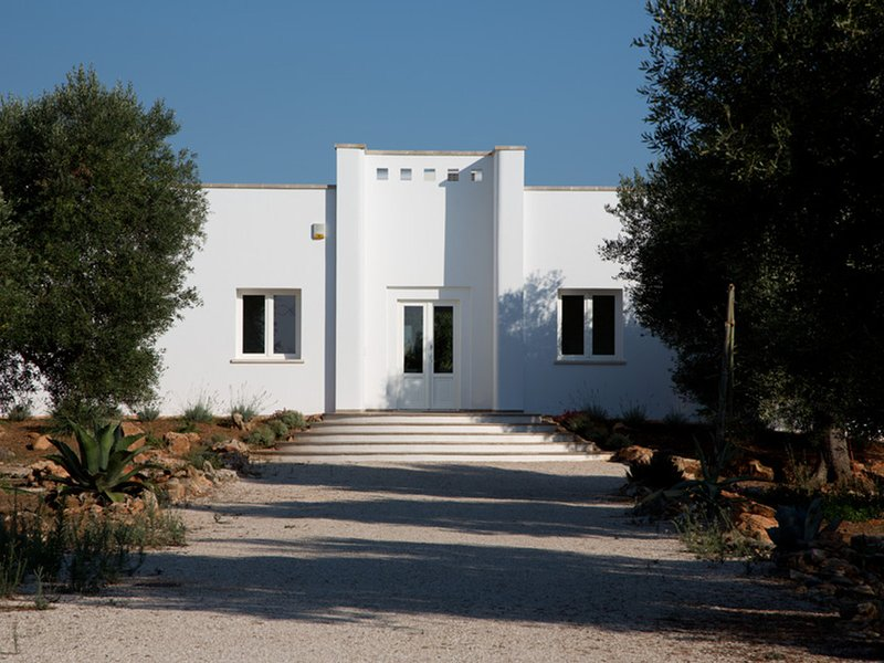 Ugento Villa Sleeps 12 with Pool Air Con and WiFi - 5248129, holiday rental in Gemini
