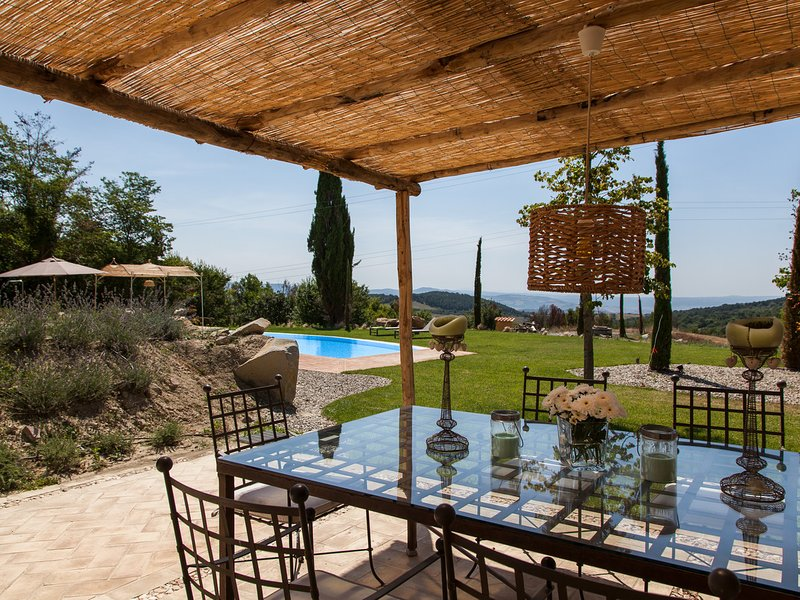 Radicofani Villa Sleeps 11 with Pool Air Con and WiFi - 5719910, casa vacanza a Piancastagnaio