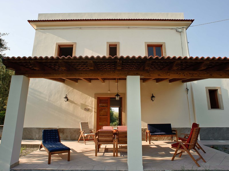 Galice Villa Sleeps 8 with Air Con and WiFi - 5247353, holiday rental in Patti