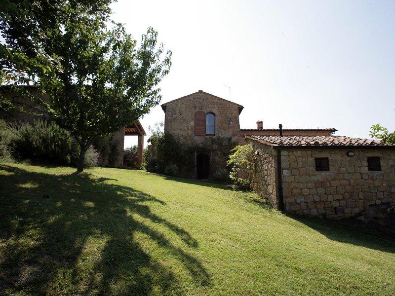 Monticchiello Villa Sleeps 13 with Pool Air Con and WiFi - 5247825, alquiler vacacional en Gallina