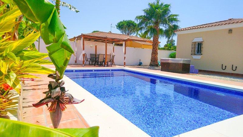 Beach villa with pool and hot tub, alquiler de vacaciones en Novo Sancti Petri
