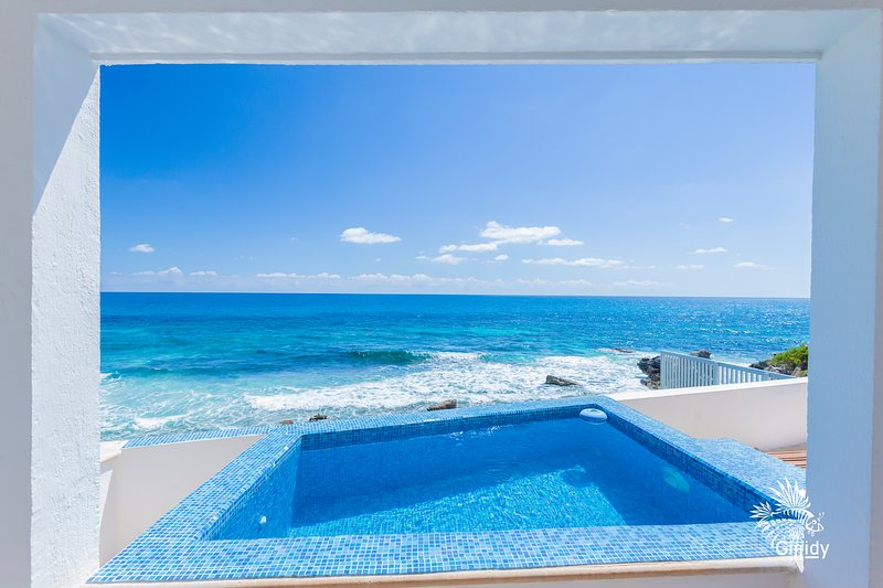 Casa Perla - Oceanfront 2 Bdrm w/ heated private & rooftop pool, holiday rental in Isla Mujeres
