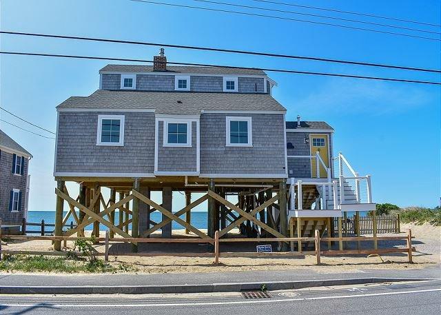 Oceanfront three bedroom home- breathtaking views of Nantucket Sound, location de vacances à Dennis Port