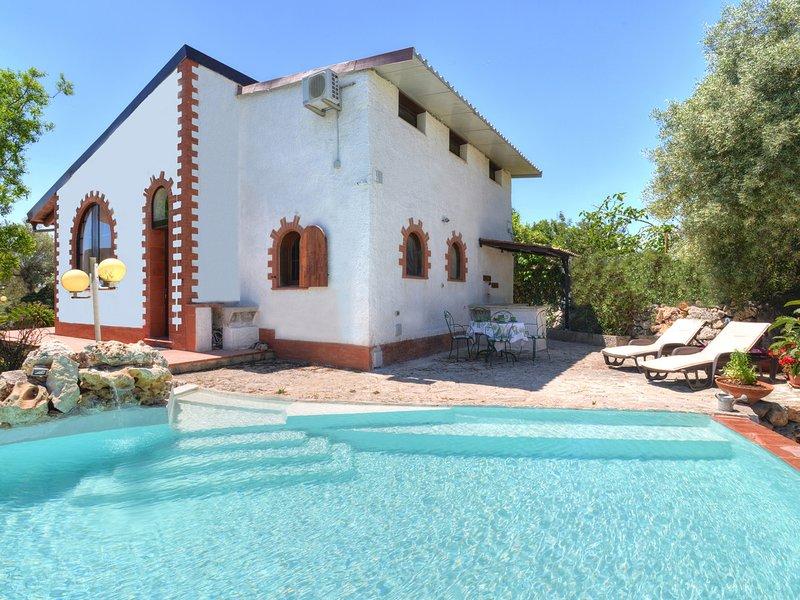 Solarino Villa Sleeps 4 with Pool Air Con and WiFi - 5247426, vacation rental in Priolo Gargallo