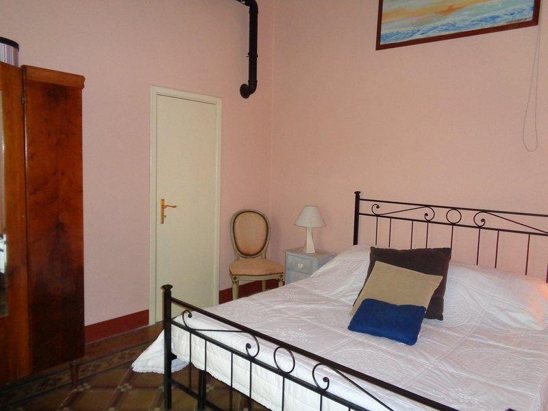 antico appartamento con cortile interno privato, holiday rental in Collemeto
