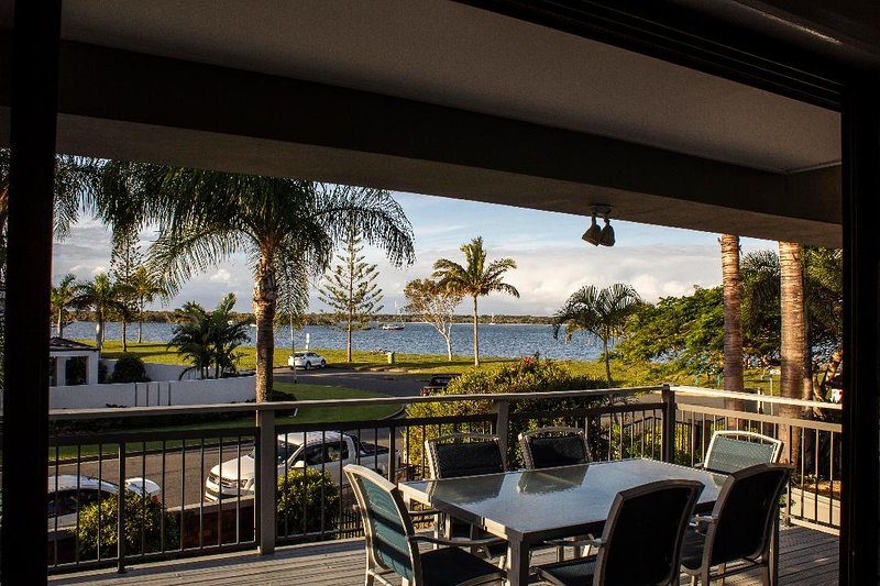 MILLION DOLLAR VIEW LUXURY 4 BRM BEACH HOUSE, alquiler vacacional en Helensvale