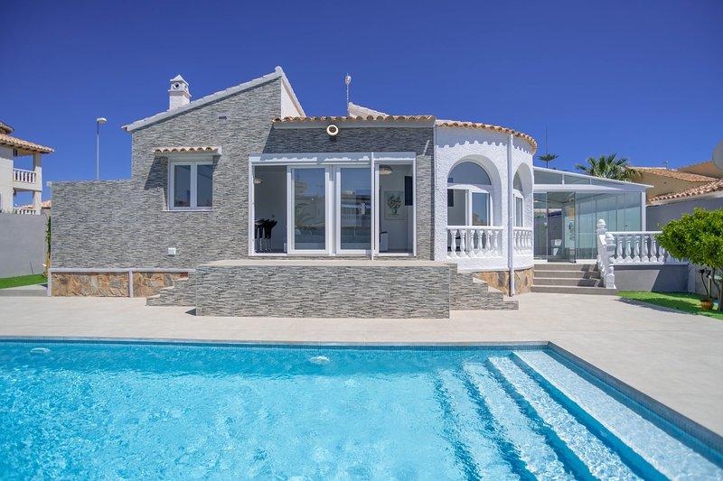 Stunning villa with private swimming pool, alquiler vacacional en San Miguel de Salinas