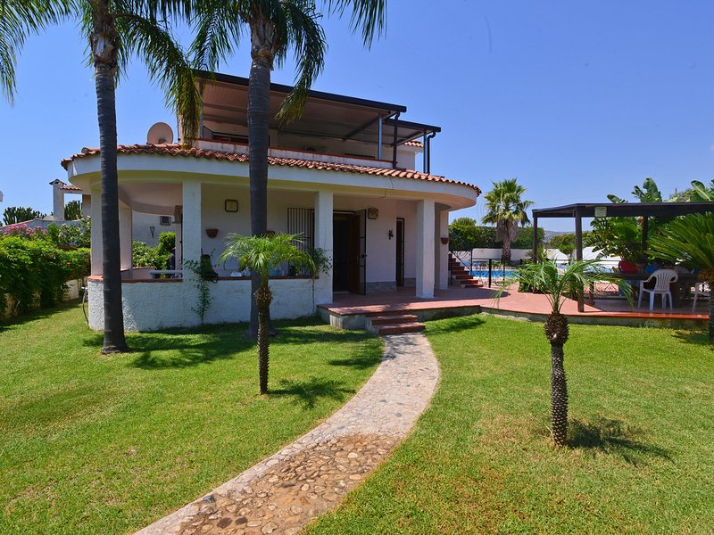 Fontane Bianche Villa Sleeps 9 with Pool Air Con and WiFi - 5247428, vacation rental in Cassibile