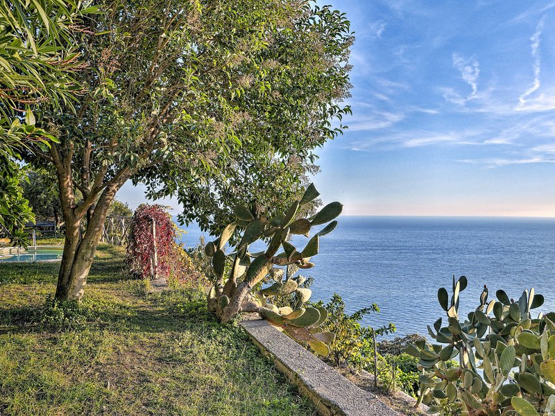 Maiori Villa Sleeps 4 with Pool Air Con and WiFi - 5248271, vacation rental in Erchie