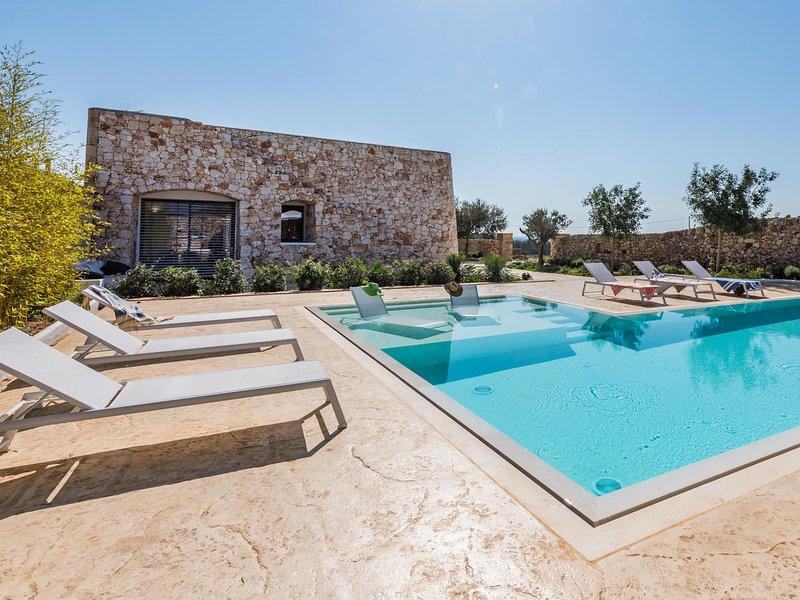 Corsano Villa Sleeps 10 with Pool Air Con and WiFi - 5716628, vacation rental in Montesardo