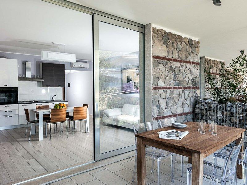 Taormina Apartment Sleeps 2 with Pool Air Con and WiFi - 5247325, alquiler vacacional en Mazzaro