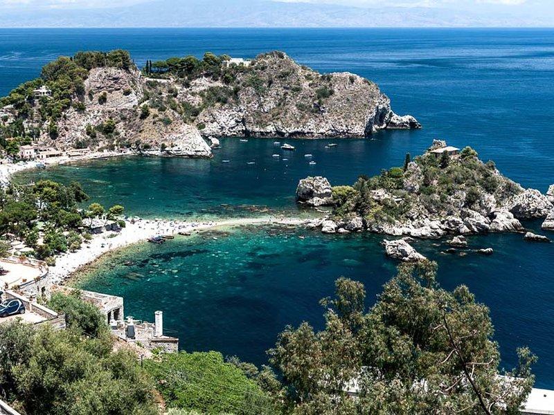 Taormina Apartment Sleeps 4 with Pool Air Con and WiFi - 5247321, alquiler vacacional en Mazzaro