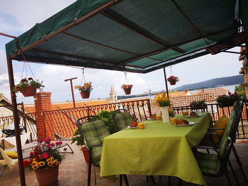 Apartman Malea near Split, airport and Trogir, location de vacances à Kastel Sucurac