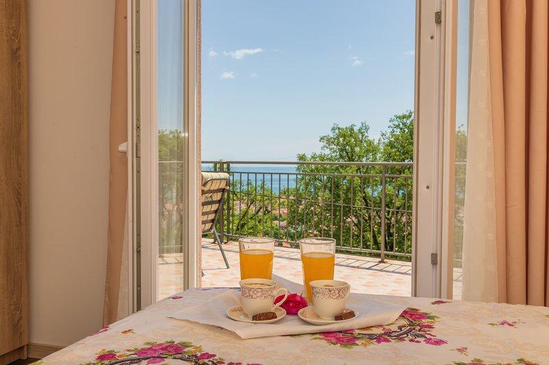 Villa Sunny Hill - Six Bedroom Villa with Sea View, alquiler de vacaciones en Municipio de Budva