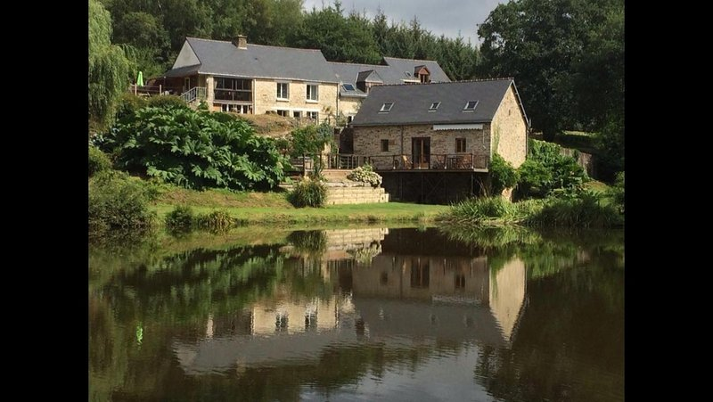 4 gite complex with private carp fishing lake, pool and hot-tubs., casa vacanza a Pontivy