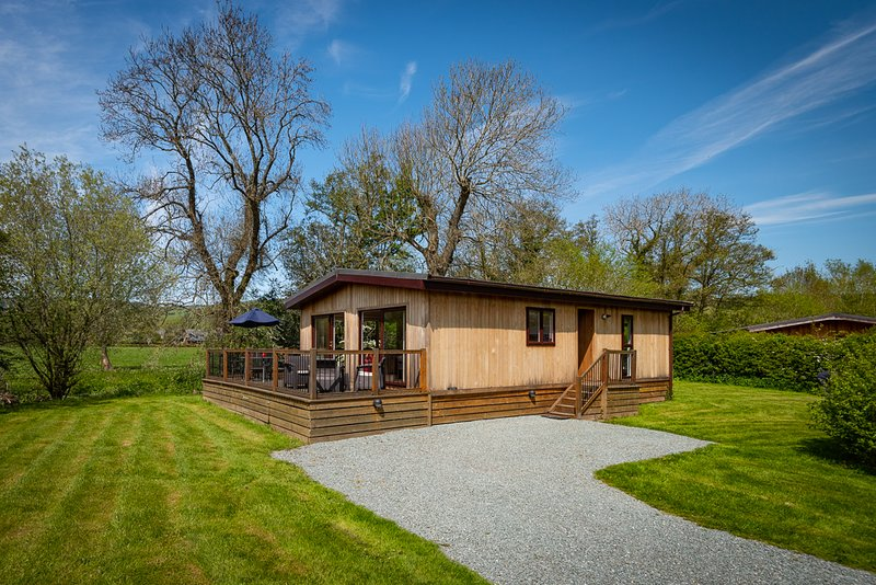 Ash Lodge, 2 Bed, in Stunning South Shropshire Riverside Location, location de vacances à Little Brampton