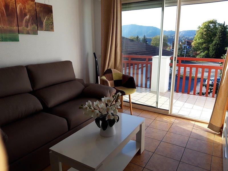 Apartamento al lado de la frontera a 2 km de la playa. Gran terraza. Piscina, holiday rental in Hendaye