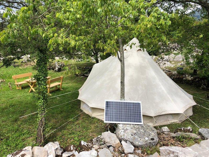 Non c'è bisogno di preoccuparsi. Assorbire il sole, con pannelli solari per la nostra tenda glamping.