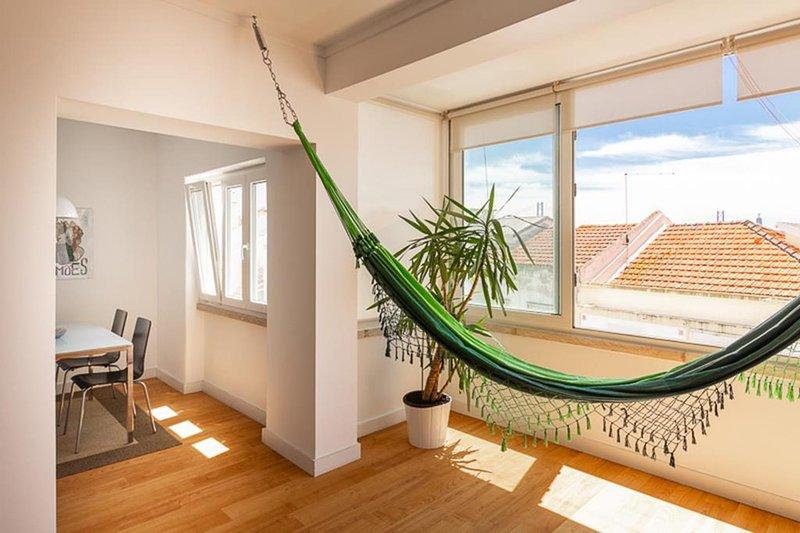 Sala de estar que conecta con el comedor.