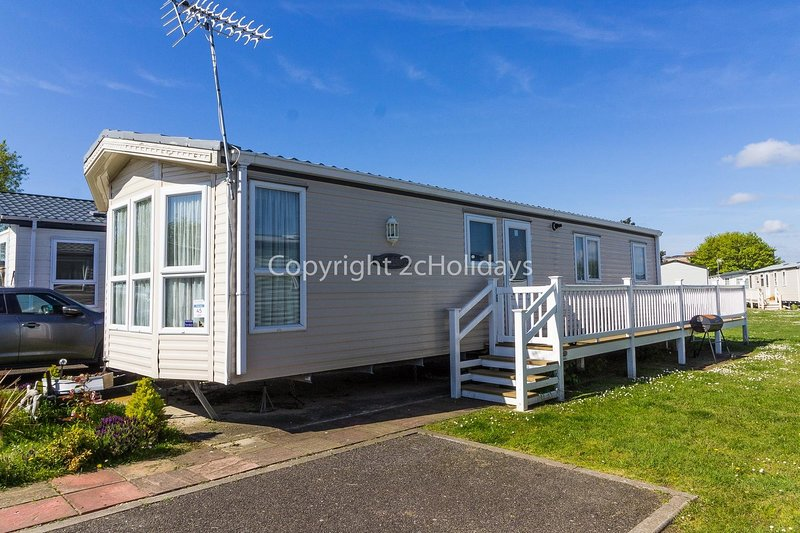 8 berth luxury caravan with decking to hire in Naze Marine  Essex ref 17045NM, vacation rental in Frinton-On-Sea