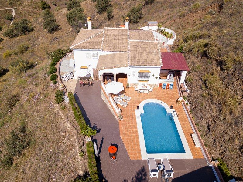 Villa Casira met zwembad, Viñuela (Costa Del Sol), holiday rental in Vinuela