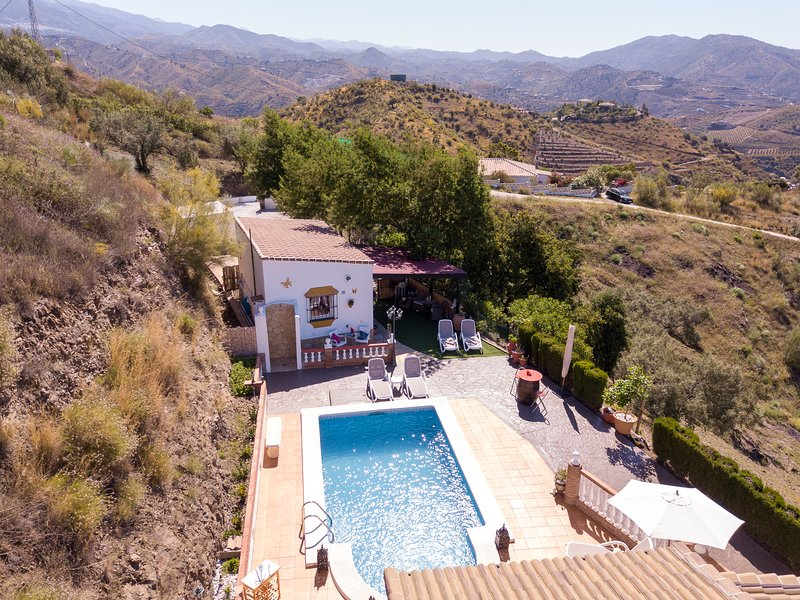 Acacia, studio met zicht op bergen en zwembad, holiday rental in Vinuela